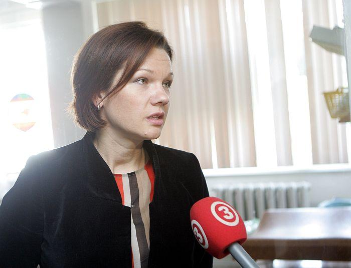 Labklājības ministre Ilona Jurševska atbild uz žurnālistu jautājumiem pēc jaundzimušo trīnīšu ģimenes apsveikšanas Bērnu slimnīcā Gaiļezerā.