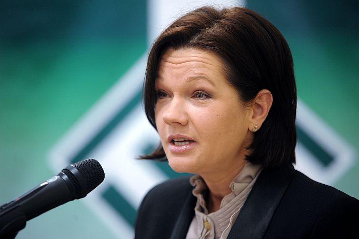"""Centriskās partijas """"Latvijas Zemnieku savienība"""" biedre Ilona Jurševska uzrunā klātesošos Latvijas Zaļās partijas kongresā."""