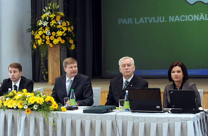 """Centriskās partijas """"Latvijas Zemnieku savienība"""" (LZS) biedre Ilona Jurševska, LZS priekšsēdētājs Augusts Brigmanis, LZS partijas biedrs Roberts Dilba un LZS priekšsēdētāja pirmais vietnieks Uldis Augulis piedalās partijas gadskārtējā kongresā Latvijas Lauksaimniecības universitātē."""