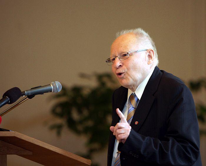 """Akadēmiķis Jānis Stradiņš saka uzrunu starptautiskās zinātniskās konferences """"I.Ziedonis. Piederības meklējumi, brīvības treniņš"""" atklāšanā Rīgas Latviešu biedrības namā."""