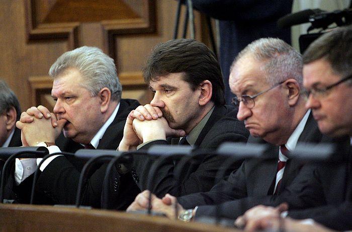 Saeimas deputāti Andris Bērziņš (no kreisās), Ingmārs Līdaka, Jānis Strazdiņš un Kārlis Seržants piedalās Saeimas sēdē par godu 1991.gada barikāžu aizstāvjiem.