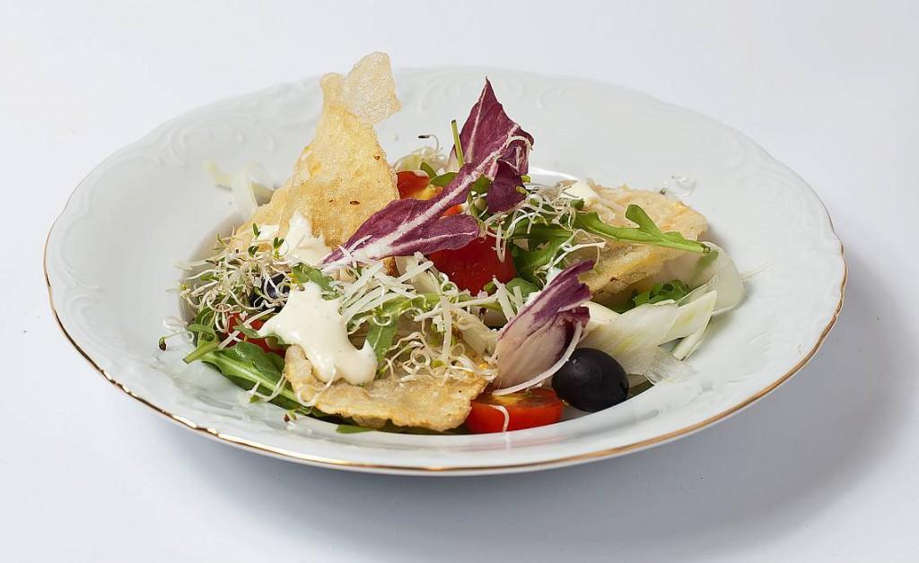 Svaigie salāti ar kāļu čipsiem tempura mīklā