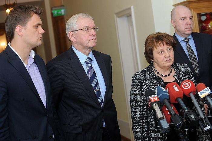 Pie frakcijām nepiederošais Saeimas deputāts Klāvs Olšteins (no kreisās), Zaļo un zemnieku savienības frakcijas priekšsēdētājs Augusts Brigmanis, Ministru prezidenta amatam nominētā Laimdota Straujuma un Reformu partijas valdes priekšsēdētājs Edmunds Demiters atbild uz žurnālistu jautājumiem pēc topošās koalīcijas partiju sanāksmes par atbildības jomu sadali jaunajā valdībā.