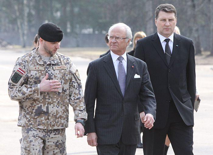 Zviedrijas karalis Kârlis XVI Gustavs apmeklç Âdaþu militâro bâzi.     27.03./2014 foto: Valdis Semjonovs/ Latvijas Avîze/