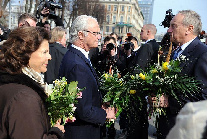 Valsts prezidents Andris Bērziņš un Zviedrijas karalis Kārlis XVI Gustavs pēc ziedu nolikšanas ceremonijas pie Brīvības pieminekļa.