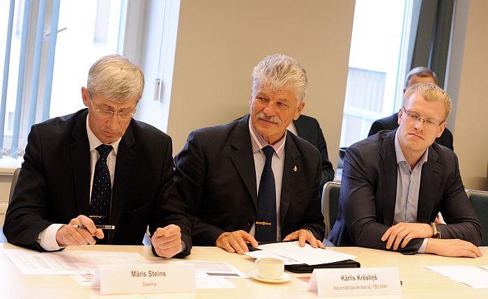 Saeimas kancelejas direktors Māris Steins (no kreisās).