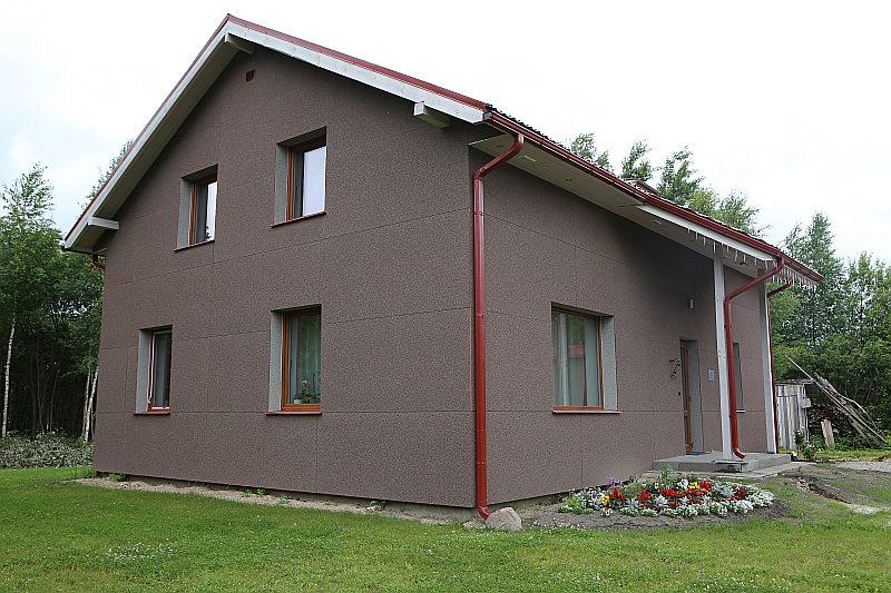 Konkursa uzvarētāja ģimenes savrupnamu vērtējumā jelgavniece Inguna Leibus atzīst, ka, ceļot šādus namus, celtniecība iznākot dārgāka. Bet tā atmaksājas ar uzviju, tajā dzīvojot. Kadiķu ielas 3a īpašniece stāsta, ka tagad kaimiņi bieži brīnoties, kāpēc viņas mājā tikpat kā nemaz nekūp skurstenis.