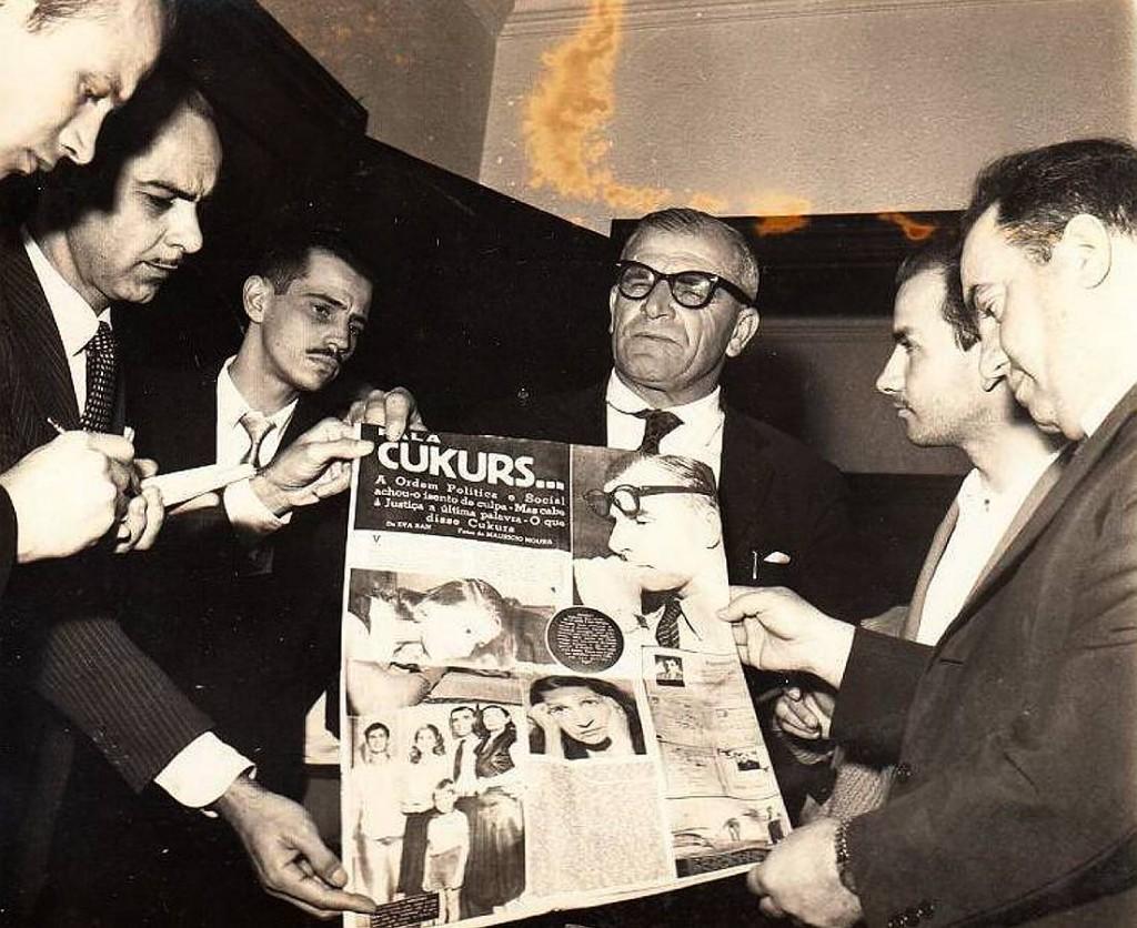 H. Cukurs kopā ar advokātu, policijas prefektu un žurnālistiem. Riodežaneiro. 20. gs. 50. gadu beigas – 60. gadu sākums.