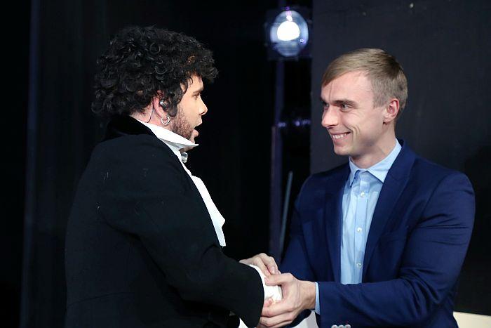 """Mūziķis Intars Busulis (no kreisās) sveic """"Autortiesību bezgalības balvas 2014″ ieguvēju dziedātāju un komponistu Donu jeb Artūrs Šingirejs balvu pasniegšanas ceremonijā."""