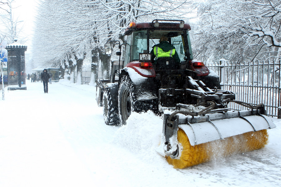 Traktors tīra sniegu Merķeļa ielā.