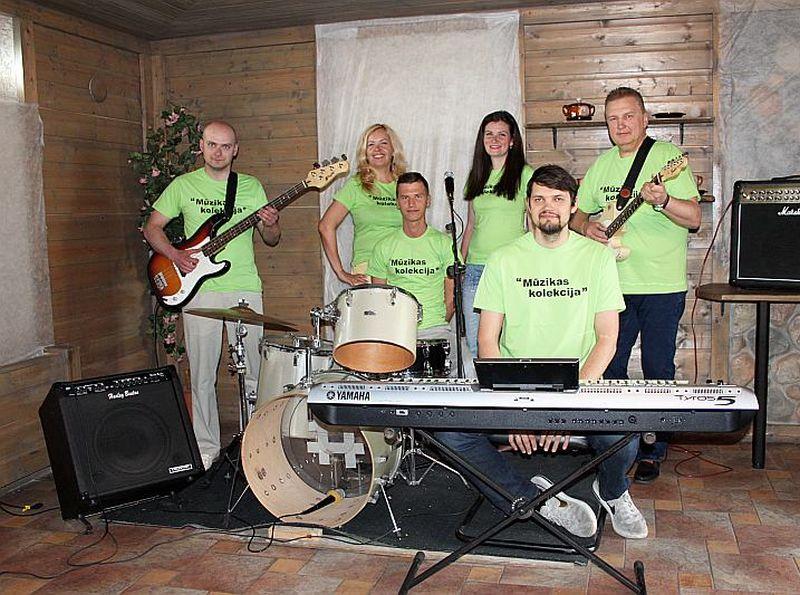 No kreisās: Raivis Cauņa – basģitāra, Linda Upmale – vokāls, Vasīlijs Kuzņecovs – bungas, Ludmila Levina – vokāls, Arvīds Keinis – taustiņinstrumenti, Jānis Bārtulis – grupas vadītājs, ģitāra/vokāls.