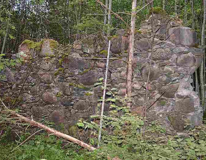 Kurzemes un Zemgales hercogistes laiku dzelzs manufaktūras drupas Rendā. Seno ražotņu vietas Latvijā līdz šim nav ne meklētas, ne pētītas.