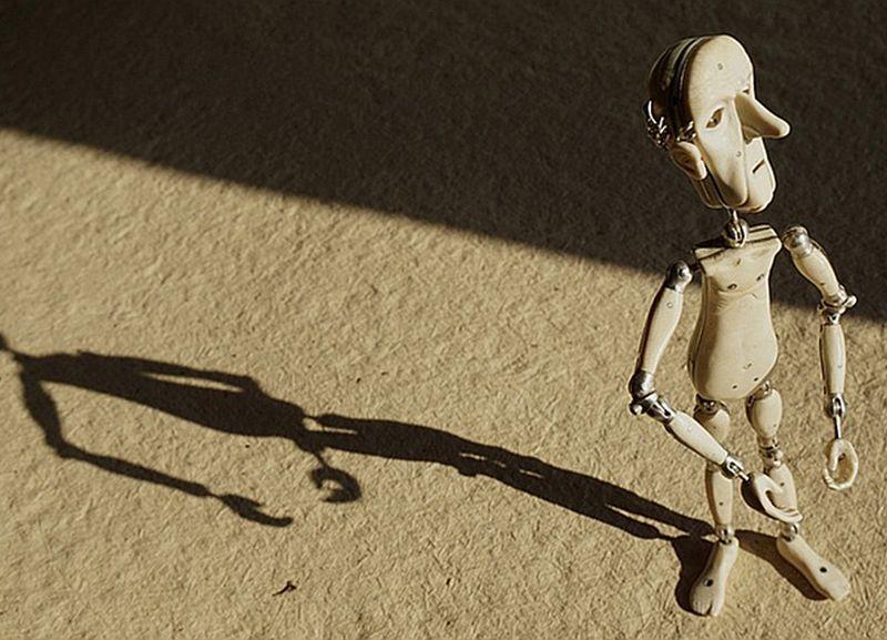 """Valda Brožes veidotais filmas """"Laiks iet"""" galvenais varonis vecais vīrs – animācijas lelle ar sudraba kauliem, mamuta ilkņa miesu, zelta zobu un kristāla acīm."""
