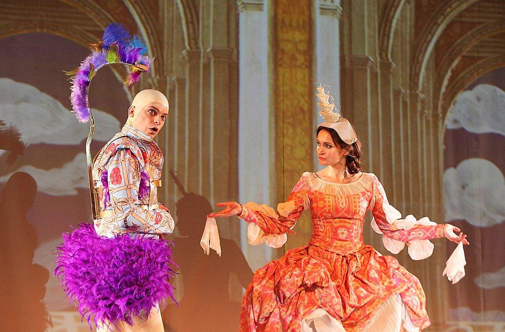 Bērnu auditorijai domātajā izrādē bez īpašām grūtībām izdevies operas libreta vēstījumu izteikt gaišas un piedzīvojumiem bagātas pasakas veidā.