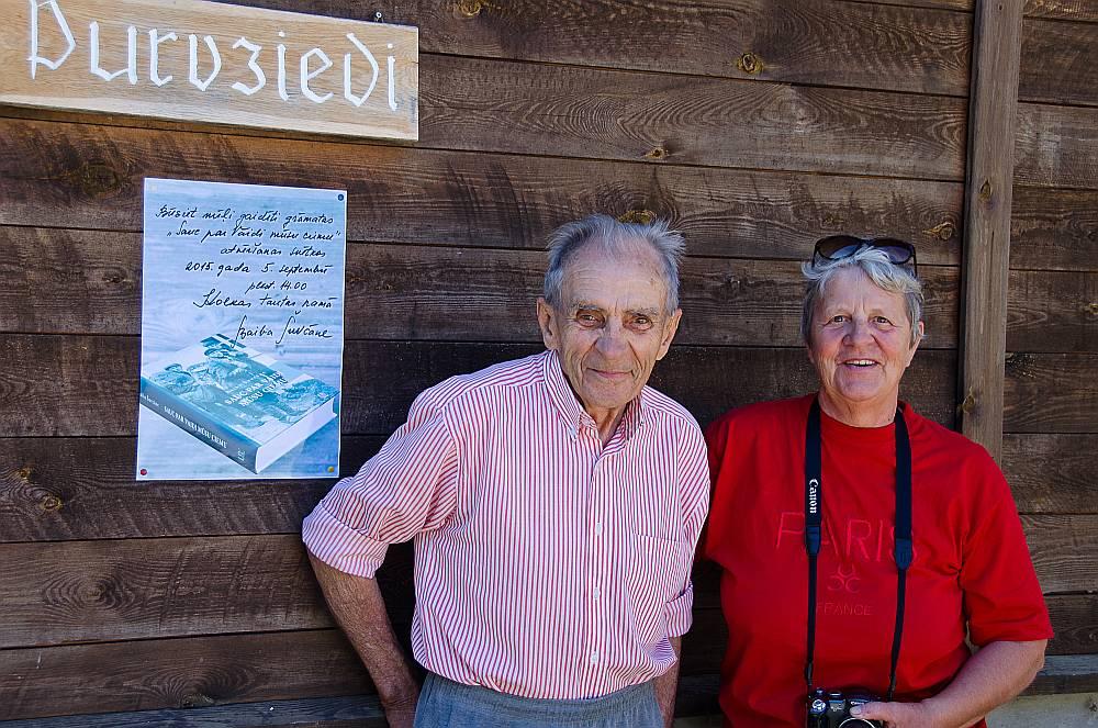 Baiba Šuvcāne ar vienu no grāmatas varoņiem, Vaides Purvziedu saimnieku Edgaru Hausmani 2015. gada augustā.