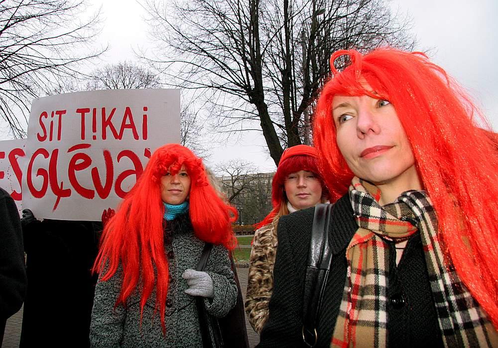 """Nevalstiskās organizācijas regulāri pievērš sabiedrības uzmanību jautājumam par vardarbību pret sievieti un vardarbību ģimenē, kā arī, lai vardarbības upuri neklusētu par to. Attēlā: kustības pret vardarbību """"Lauma"""" 2005. gadā rīkotais gājiens Rīgas centrā."""