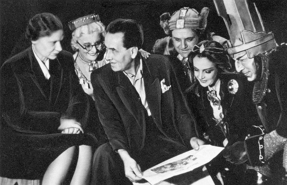 """Eduards Smiļģis un Dailes teātra ansamblis Raiņa """"Uguns un nakts"""" mēģinājumā 1947.gadā."""