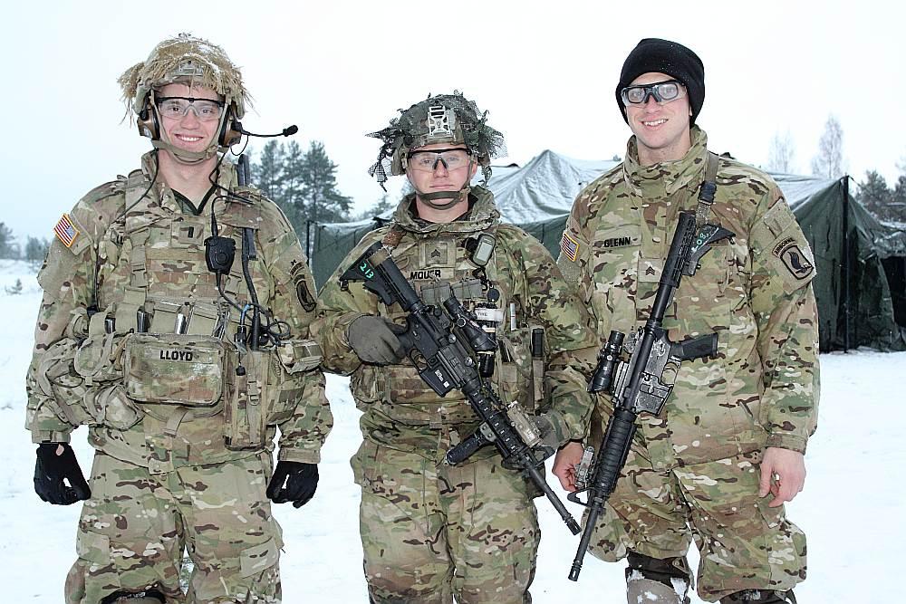 """ASV 173. aviācijas brigādes karavīri – leitnants Gabriels Loids (no kreisās) un seržanti Metjū Mouers un Viljams Glens Latvijā uzturas ASV operācijā """"Atlantic Resolve"""", kurai ir agresijas atturēšanas funkcijas."""