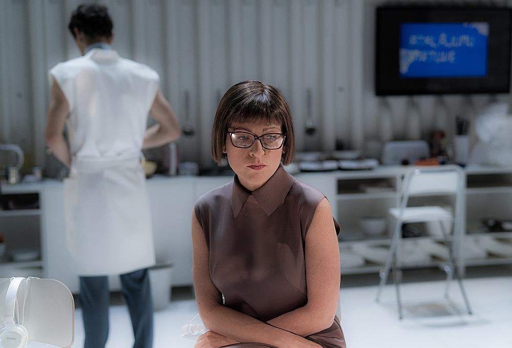 Aktrises Ineses Kučinskas Rozalinda ielaužas vīriešu pasaulē. Visu izrādes laiku viņa neizdara nevienu lieku, neproduktīvu kustību, tomēr problemātisks kļūst brīdis, kad varones ap sevi uzceltā aizsargsiena nemanot sabrūk.