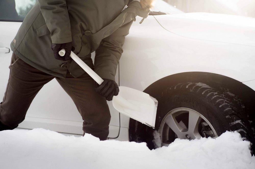 """""""Fiskars Spade"""" lāpstu nedrīkst atstāt sniegā – var pazust."""
