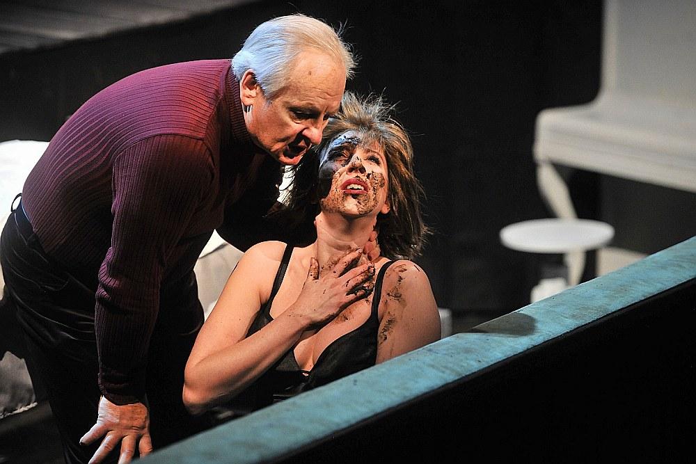 """Viegli grotesku, taču nepārspēlētu tēlu radījis Voldemārs Šoriņš """"sliktā biznesmeņa"""" Viktora lomā, tomēr izrādes centrā izvirzās Marijas Bērziņas spilgti iedzīvinātās Aldas liktenis."""