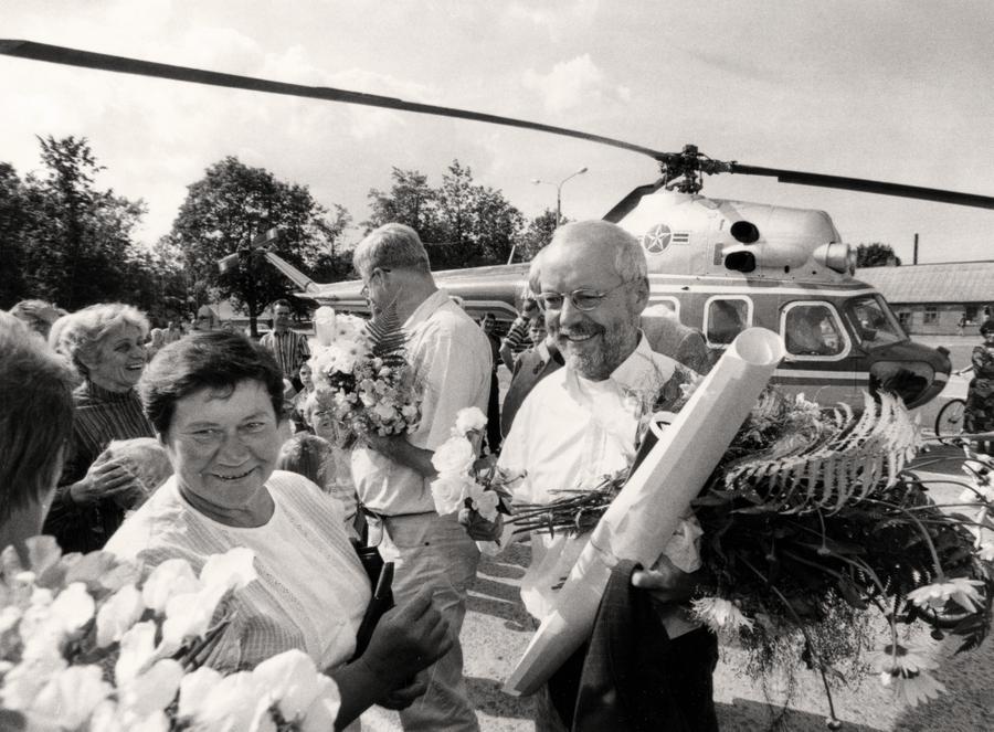 90. gadu vidū, kad Zīgerista partija guva negaidīti labus panākumus Saeimas vēlēšanās, viņš pārsteidza Latviju ar līdz tam neredzētiem priekšvēlēšanu šova paņēmieniem, piemēram, lidoja pie vēlētājiem ar helikopteru.