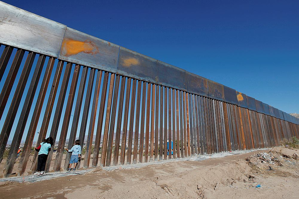 Meksikāņu bērni rotaļājas pie jaunuzcelta mūra posma Meksikas un ASV pierobežā pie Sjudadhuaresas pilsētas.