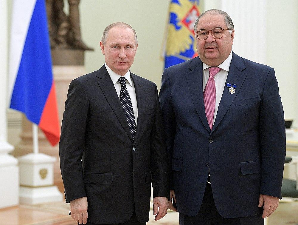 Krievijas prezidents Vladimirs Putins (no kreisās) apbalvojis Ališeru Usmanovu par aktivitātēm labdarības jomā.