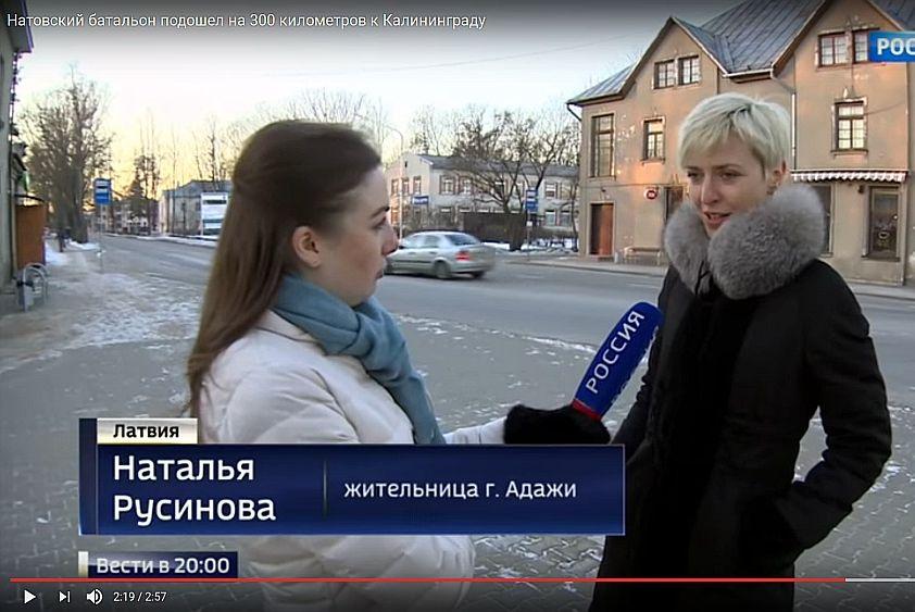 """Bijusī Pirmā Baltijas kanāla preses sekretāre un Putinu slavinošo T kreklu tirgotāja Nataļja Rusinova (no labās) Krievijas TV kanālam """"Rossija 24"""" sūkstās par NATO karavīru uzvedību Latvijā."""