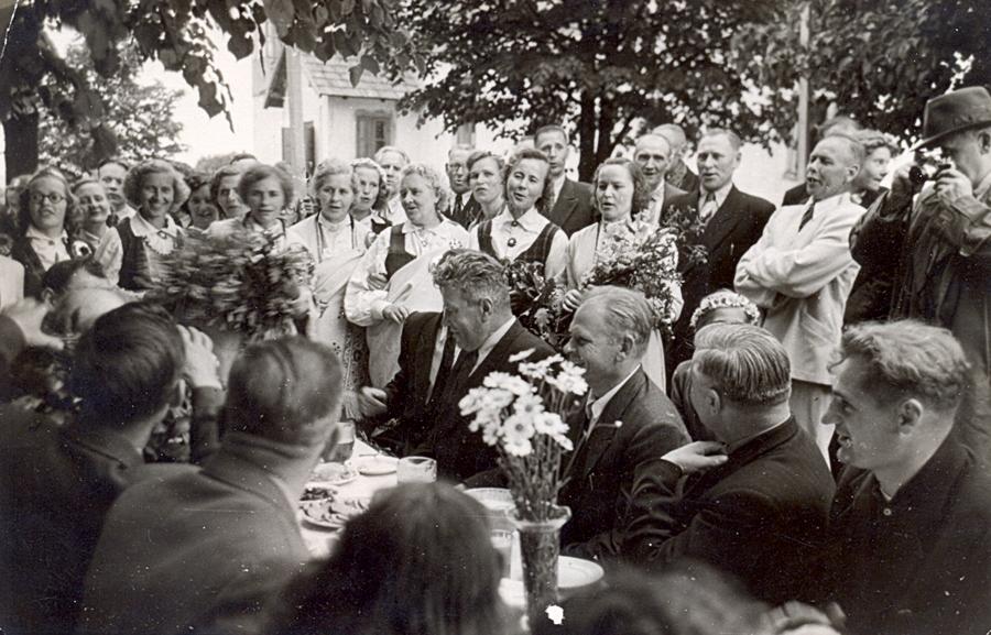 """Kolhoza """"Lāčplēsis"""" Jāņu ielīgošanas neoficiālā daļa Kaibalas skolā. Pie galda vidū Edgars Kauliņš un viesi no Ogres rajona un republikas vadības."""