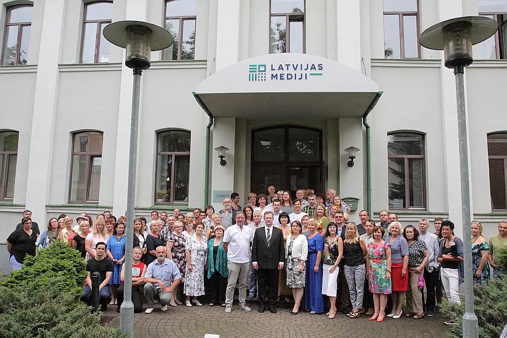 """No šodienas Rīgā, Dzirnavu ielā 21, atrodas AS """"Latvijas Mediji"""". Attēlā mediju grupas darbinieki uzņēmuma nosaukuma maiņas ceremonijā."""