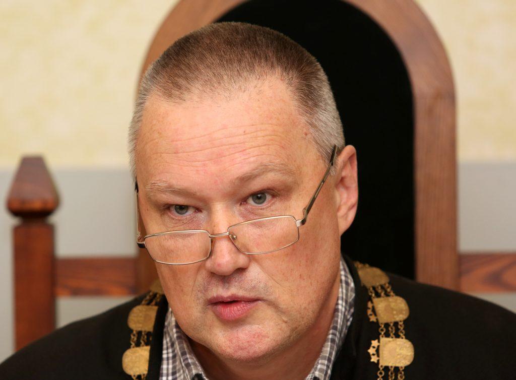 """Limbažu tiesas tiesnesis Kārlis Jansons tiesas sēdes laikā, kur sāks izskatīt Igaunijas miljonāra uzņēmēja Oļega Osinovska un bijušā """"Latvijas dzelzceļa"""" vadītāja Uģa Magoņa kukuļošanas krimināllietu."""
