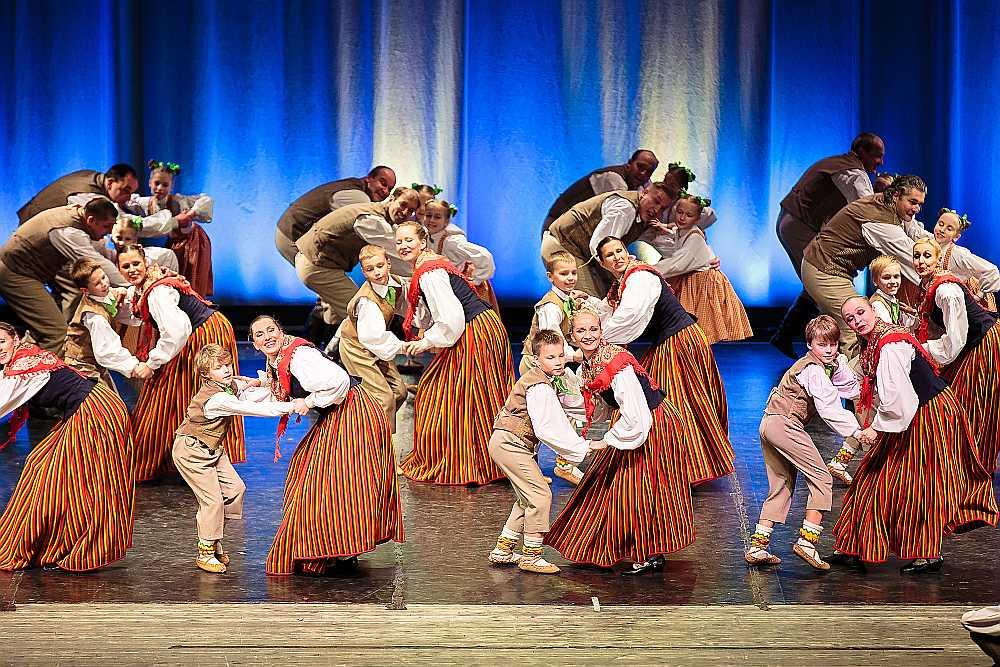 """Vidējās paaudzes deju kolektīvs sadanco ar """"Teiksmiņu""""."""