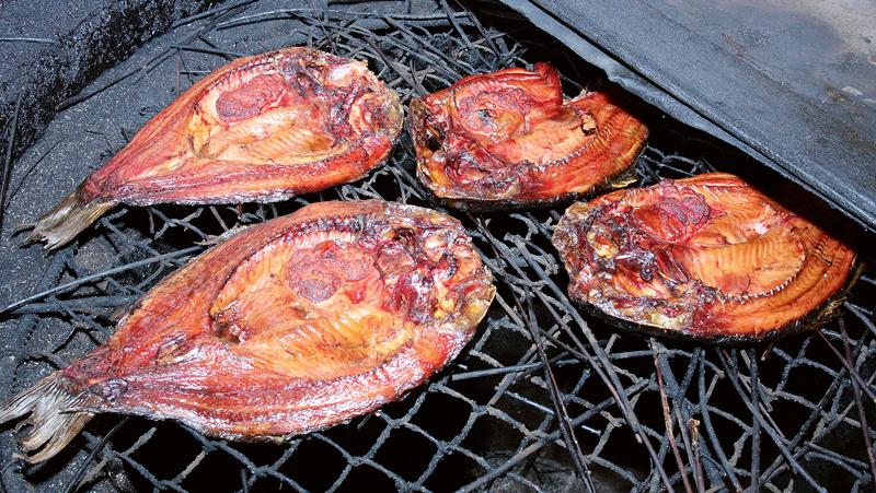 Ar zariņiem izklāj kūpinātavas restes, lai zivis nepieliptu.