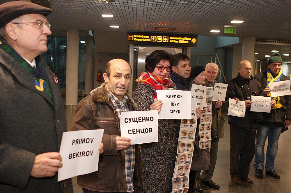 Akcijā Rīgas lidostā piedalījās ap desmit Latvijas ukraiņu kopienas aktīvistu un atbalstītāju. Viņi kopā ar citiem sagaidītājiem stāvēja pie ielidošanas zonas un brīžos, kad ieradās reisi no Krievijas, pacēla lapas ar politiski ieslodzīto tautiešu uzvārdiem.