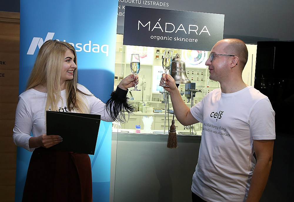 """""""Madaras Cosmetics"""" valdes locekļi un līdzīpašnieki Lotte Tisenkopfa-Iltnere un Uldis Iltners tirdzniecības sesijas atklāšanas zvana iezvanīšanas pasākumā """"Nasdaq"""" biržā."""