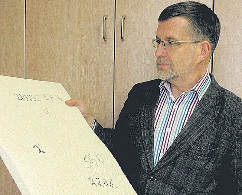 Uģis Cābulis, Latvijas Valsts koksnes ķīmijas institūta direktors, demonstrē putupoliuretāna kompozīciju, kurā izmantota Latvijā iegūstamā rapšu eļļa.