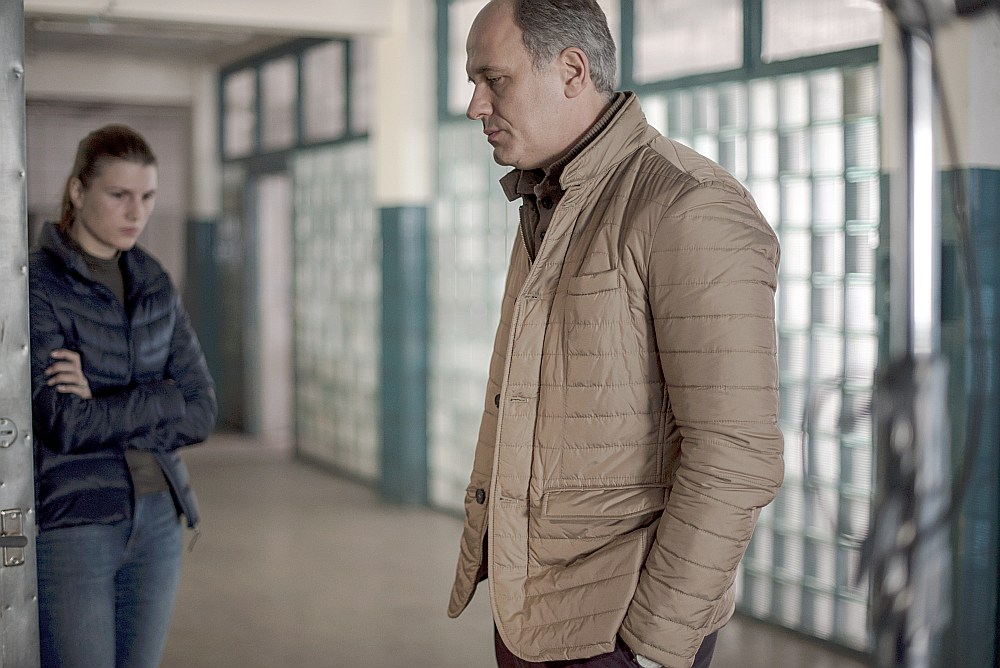 """Kadrs no Andreja Zvjaginceva filmas """"Nemīlestība"""" – Andris Keišs galvenās varones (Marjana Spivaka) vīra Antona lomā."""