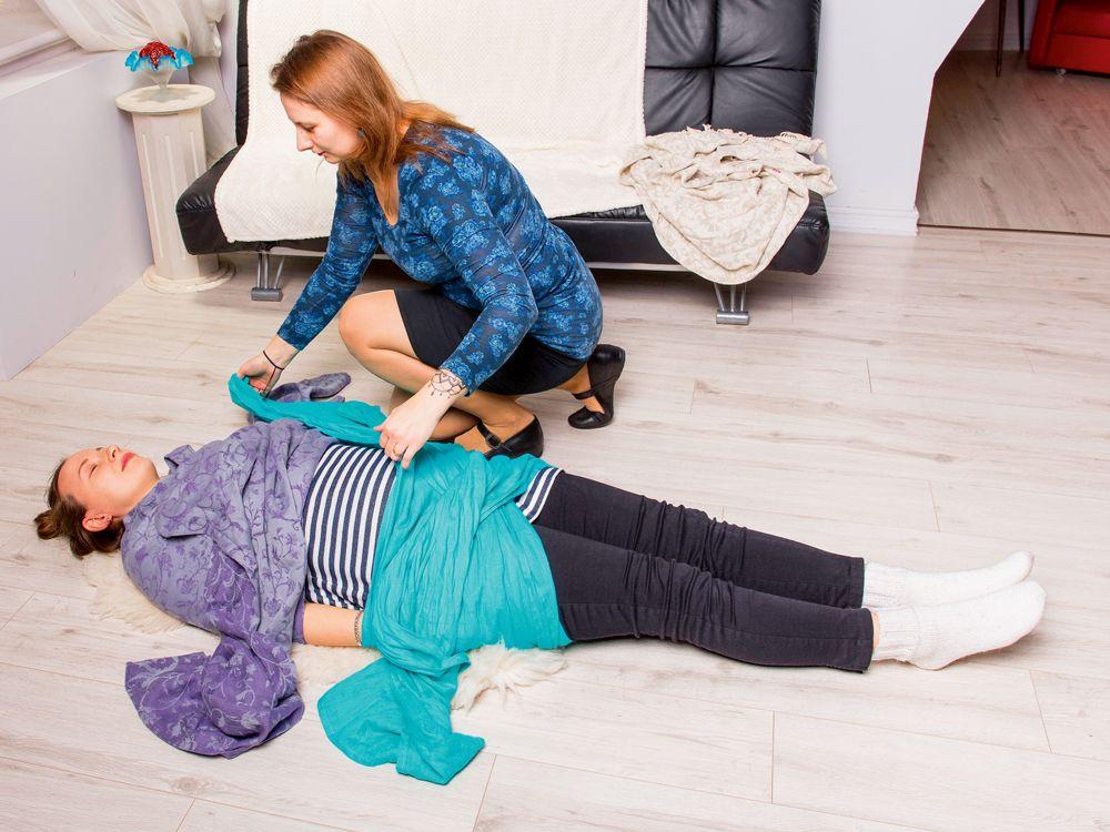 Garens meksikāņu – rebozo – lakats maigi palīdz relaksēties. Dūla Ilze Veske izšūpina topošo māmiņu, tādējādi viņa labāk sajūt, kā jūtas mazulis, un apgūst dzemdībās tik noderīgo prasmi atslābināties.
