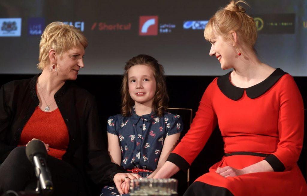 Režisore Ināra Kolmane (no kreisās), mazā aktrise Rūta Kronberga un aktrise Elīna Vāne, kas filmā atveido Billes mammu.