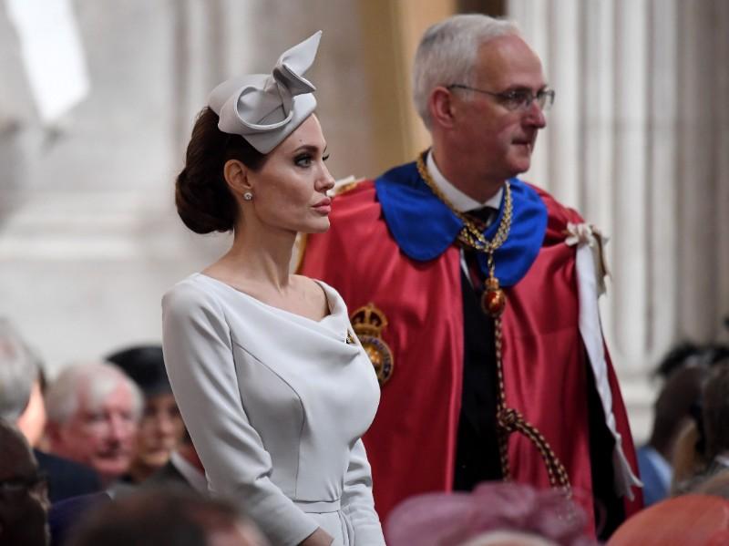 Kinozvaigzne Andželīna Džolija apmeklē dievkalpojumu Londonā.