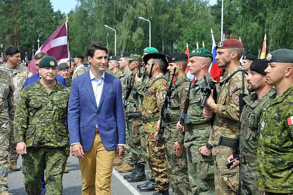 Kanādas premjers Džastins Trudo Ādažu bāzē iepazinās arī ar citu valstu karavīriem, kas piedalās NATO paplašinātās klātbūtnes kaujasgrupā.