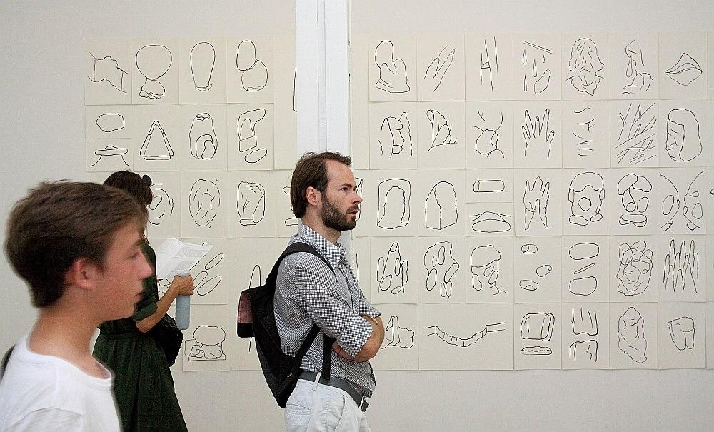 Maijas Kurševas izstāde atklājas kā dziļi personīgs un aizraujošs vēstījums, kur meklētas robežas starp apzināto un neapzināto radošajā procesā.
