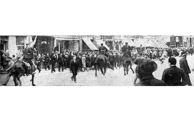 Streikotāju izkliedēšana Brīvības ielā.