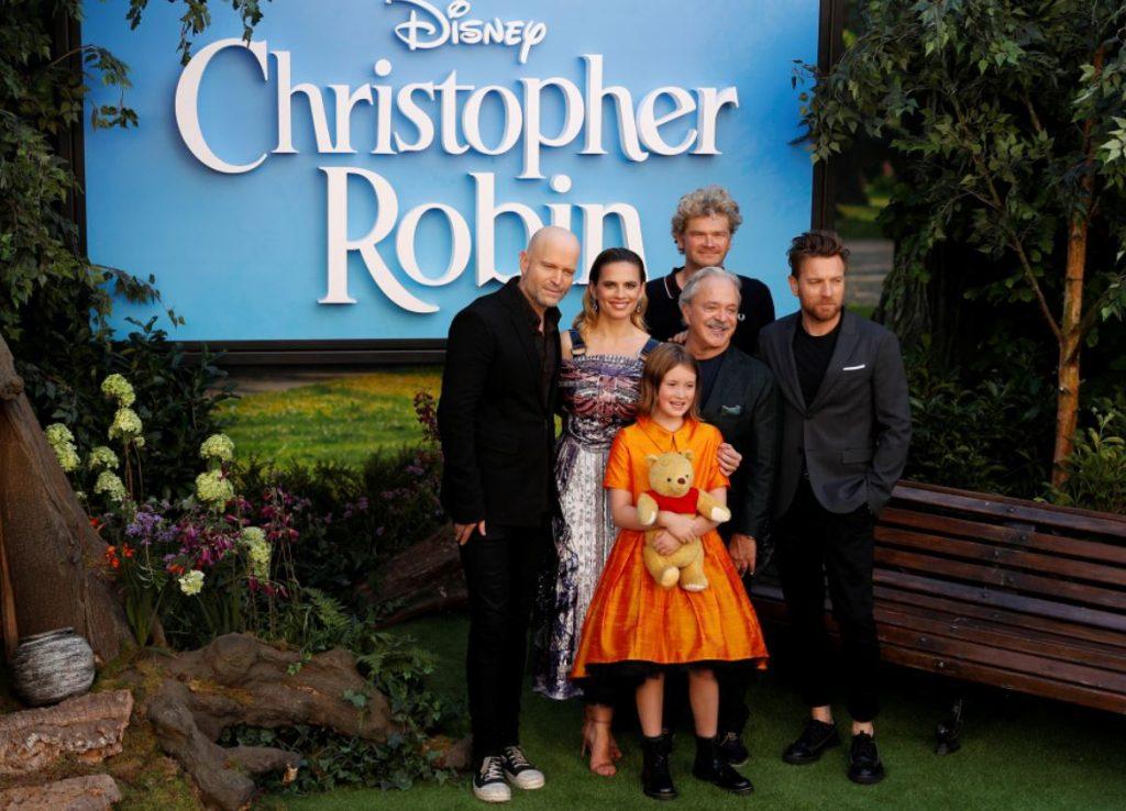 """Mazā aktrise Bronte Kārmaikla filmas """"Kristofers Robins"""" pirmizrādē Londonā šī gada augustā, latviešu zīmola """"Lazy Francis"""" kleitā."""