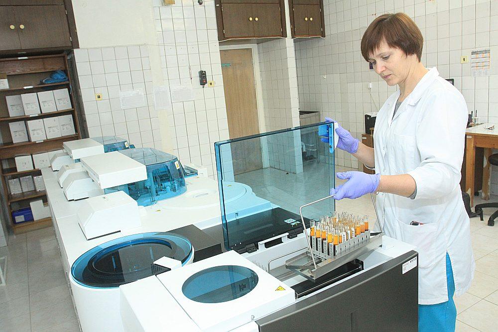 """Valsts asinsdonoru centrs un firma """"Baltijas terapeitiskais serviss"""" par 80 eiro litrā pārdod saldētu plazmu, kuru tā tālāk pārdod Šveices firmai par pašai vien zināmu cenu."""