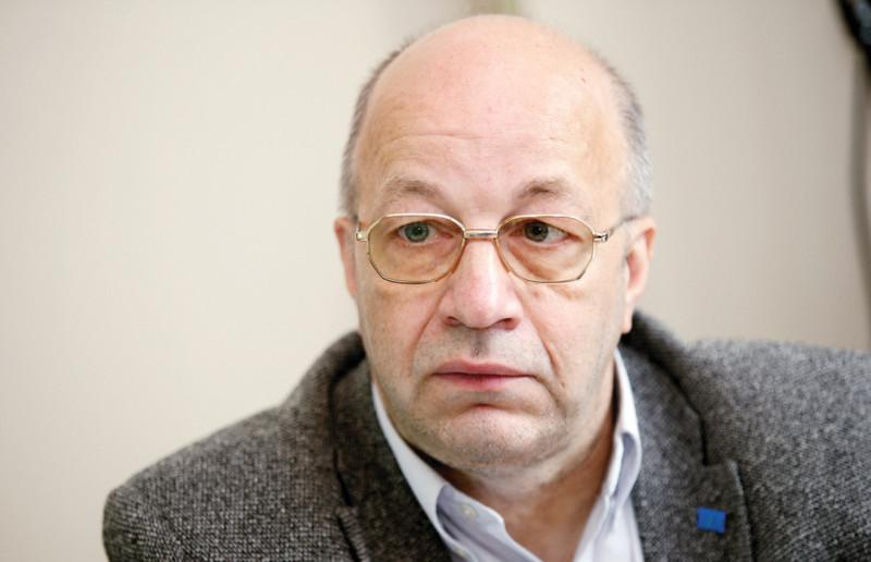"""Latvijas Tirgotāju asociācijas prezidents Henriks Danusēvičs: """"Valdība deklarējusi, ka epidēmijas kontroles galvenā problēma ir drūzmēšanās un pulcēšanās. Veikalu atvēršana nav izraisījusi ne vienu, ne otru, tikai salstošu cilvēku rindas veikalu ārpusē. Nedz Francijā, nedz citās valstīs, kur veikali strādā, to atvēršana nav  negatīvi ietekmējusi cilvēku saslimšanu."""""""