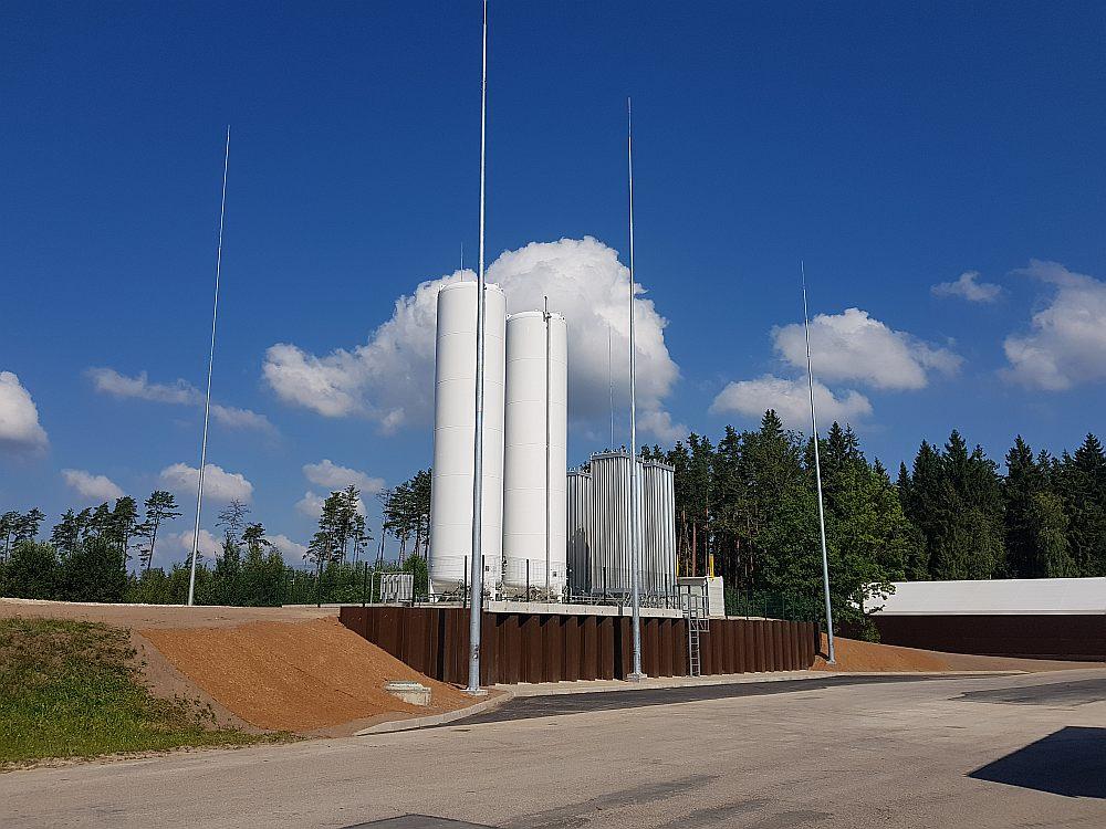Rīgas brīvostas teritorijā paredzēts uzbūvēt Latvijā pirmo sašķidrinātās dabasgāzes (LNG) termināli ar divām 20 000 kubikmetru lielām tvertnēm. Kopumā terminālī vienlaikus var atrasties aptuveni 3% no visas Latvijā patērētās dabasgāzes.