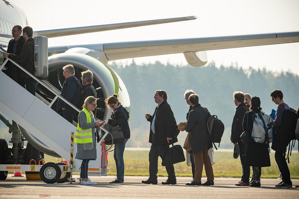 """Gaisa kuģa """"Airbus A220-300"""" nosēšanās Liepājas starptautiskajā lidostā."""