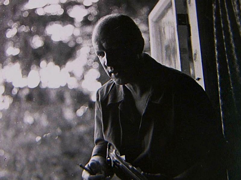 """Kadrs no dokumentālās filmas """"Kurts Fridrihsons"""". Mākslinieka lomā – Tālivaldis Lasmanis."""